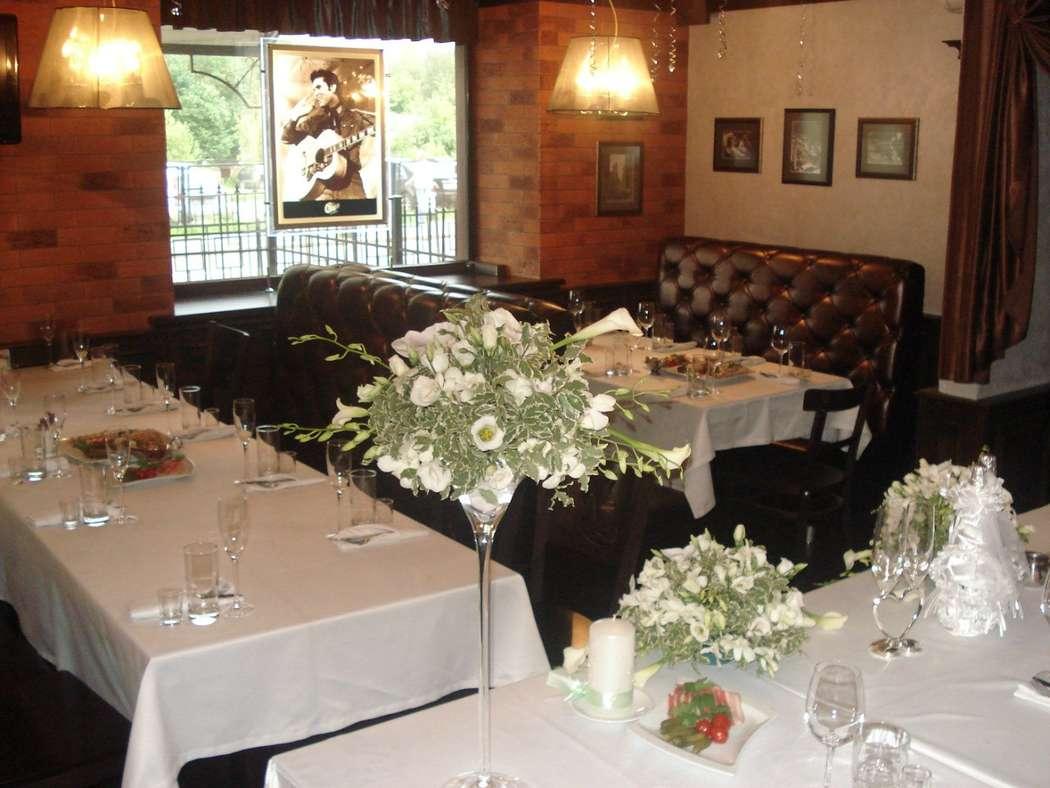 """Букеты из белых эустом, калл, орхидей дендробиум и питтоспорума в разных вазах.  - фото 2658223 Ресторан """"Чикаго"""""""