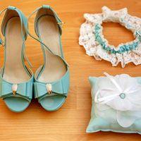 Подушечка для колец, подвязка и туфли в голубых тонах