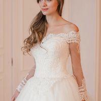 Пышное свадебное платье София с шикарным кружевным корсетом и милыми кружевными рукавами. Корсет свадебного платья расшит бисером и стеклярусом. Шлейф платья изящно украшен объемным кружевом. Свадебное платье София достойно королевы, оно прекрасно, оно ве