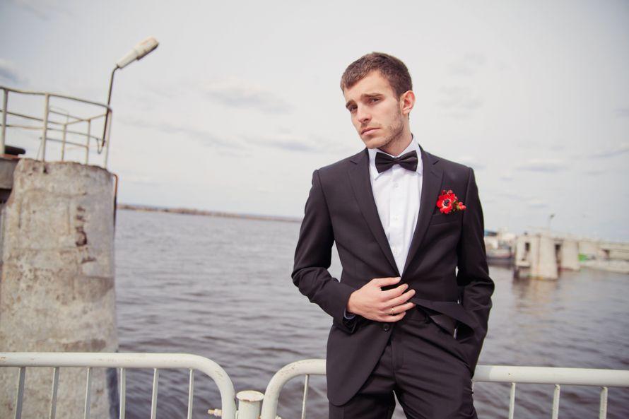 """Классический черный костюм жениха """"двойка"""" с белой рубашкой, черной бабочкой и с красной бутоньеркой в петлице пиджака - фото 1599543 Артем Гришин свадебный фотограф в Тольятти,Самаре"""