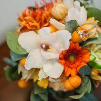 Букет невесты из нежно-белых орхидей и оранжевых гербер