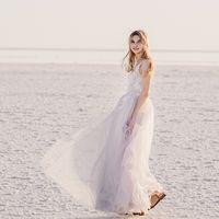 Нежный образ невесты.  Свадебная прогулка в отдельный день на соленом озере. Закат
