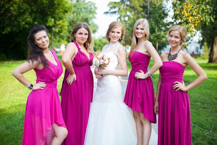 Подружки невесты, на свадебной церемонии, одетые в тематику самой церемонии, а именно в платьях фиолетового цвета - фото 1632769 Jolly Dаy - свадебное агентство