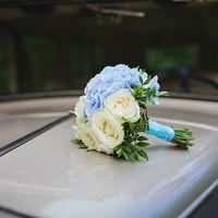 Букет невесты из гортензий и роз в бело-голубых тонах