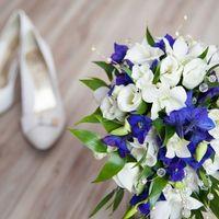 Букет невесты из голубых фиалок и белых эустом
