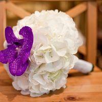 Белый круглый букет невесты с фиолетовой орхидеей, дополненный белой атласной лентой