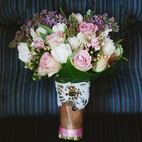 Букет невесты из розовых роз, сирени и белых тюльпанов