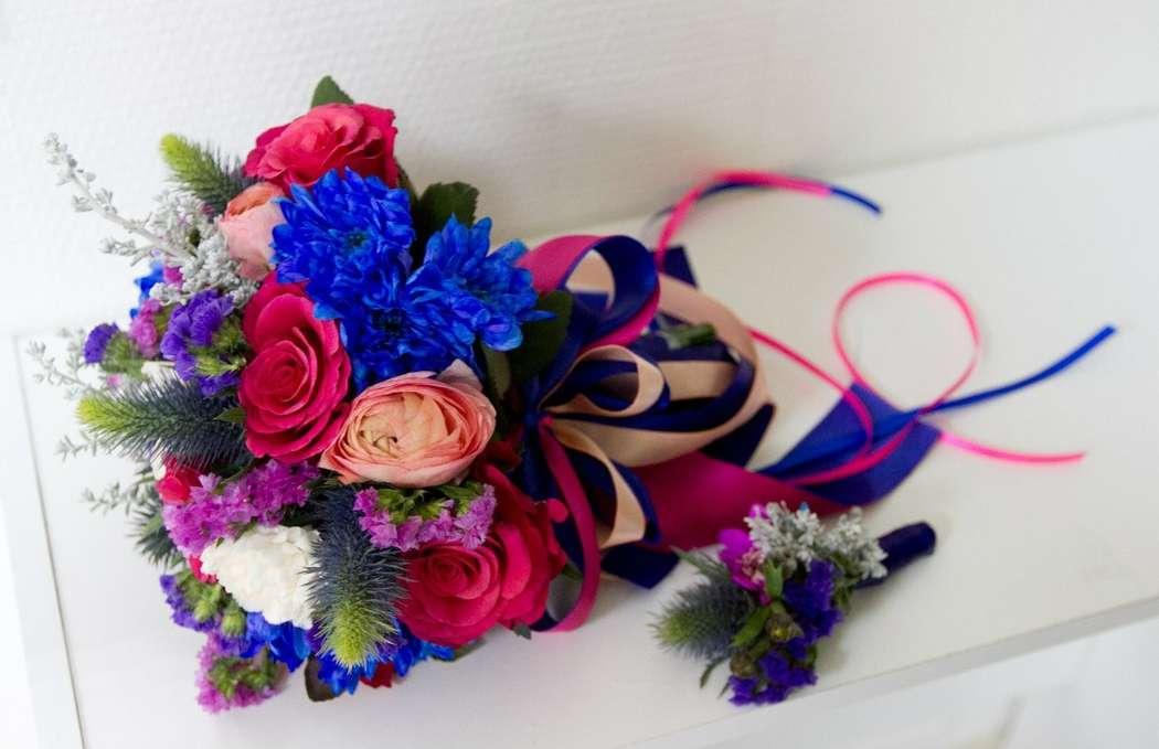 Букет невесты из бутоньерка из розовых роз, синего эрингиума и хризантем, синего и ярко-розового лимониума, декорированный синей - фото 3311649 DIAMANTE-deco студия свадебного дизайна