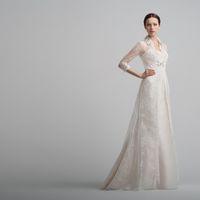 Brazilia: роскошное платье для церемонии. Нежнейшее кружево покрывает платье силуэтное платье идеального кроя. А декорированный воротник и манжеты делают образ ярким. Ткани и материалы: сатин-микадо, кружево, кристаллы Swarovski Цвет платья: белый, жемч