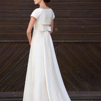 Andante: прекрасное прямое платье с плотным корсетом и фантастическим шлефом. Просто и стильное.  Ткани: сатин-микадо Цвет платья: белый, небесный, жемчужный, кремовый Идея: украстье причеку небольшими нежными бутонами чтобы смягчить лаконичный образ.