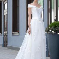 Bergamo: великолепное платье – идеальное сочетание современных течений и классики свадебной моды – нежные цветы, летящая юбка, плотный корсет, формирующий силуэт. Мы любим это платье за его многогранность.  Ткани и материалы: сатин-микадо, кружево Цвет: