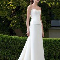 Madrid: лаконичный свадебный костюм из длинной юбки и корсета. Юбка, прямая спереди, дополнена женственными драпировками и шлейфом сзади. Ткани и материалы: сатин-микадо Цвет: платья: белый, жемчужный, кремовый  Идея: это платье представляет множество