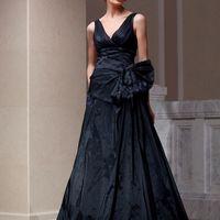 Maxim: нетрадиционное и смелое решение в выборе свадебного платья – шикарное платье из натуральной тафты с несимметричной драпировкой и необычной завязкой.  Платье может быть выполнено и в светлых оттенках тафты. Ткани и материалы: натуральная тафта Цве