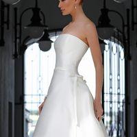 Monblanc: утонченность линий, идеальный корсет, фантастическая юбка с шикарным шлейфом – по-настоящему королевское платье! Это изысканное платье прекрасно в своей простоте. Ткани и материалы: сатин-микадо Цвет: платья: белый, жемчужный, кремовый  Идея: