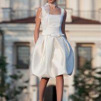Twiggy: короткое платье для образа в стиле «ретро». Идеальное рещение для тех невест кто ищет оригинальное решение для неклассической свадебной церемонии. Ткани и материалы: сатин-микадо, натуральный лен Цвет: платья: белый, молочный Идея: корсет декор
