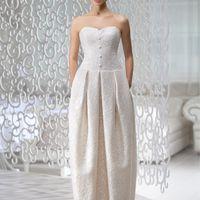 Amore: одно из самых стильных платьев коллекции, романтичное и современное. Текстура кружева подчеркнута необычной формой платья, выполненного из сатина-микадо. Удлиненный корсет и плавная линия декольте сделает Ваш силуэт просто незабываемым!  Ткани: са