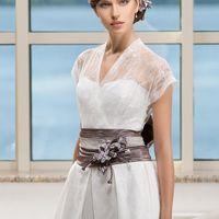 Ayame: свадебное платье для стильной невесты: необычная форма, эффектное кружево и текстурная юбка. Этот в меру современный, в меру свадебный образ предназначен невесте со вкусом! Ткани и материалы: сатин-микадо Цвет: платья: белый, жемчужный, кремовый