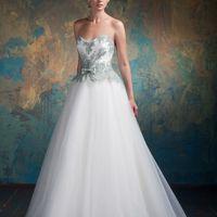 Moxito Роскошное платье для тех невест, кто не боится игры цвета. Выберите цвет кружева, и получите идеальное платье с подчеркнуто тонкой талией, воздушной, умеренно-пышной юбкой и открытой спиной. Ткани и материалы: фатин, кружево Цвет: молочный Идея: вы