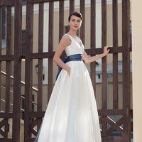 Sydney Минималистичное платье с ярким акцентом в виде пояса и необычного банта-шлейфа. Обязательно примерьте это платье, если цените лаконичный стиль! Следуя принципам минимализма,  основной упор в этой модели сделан на сочетание фактурных тканей – сатина