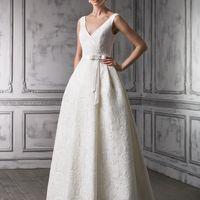 JANETTE Элегантное кружевное платье для яркой невесты. Умеренно пышная юбка и плавные линии создают изящный силуэт. Мягкое кружево с крупной фактурой обволакивает фигуру, делает образ нежным. Платье смотрится женственно и романтично благодаря глубокому вы