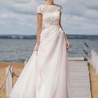 Lounge Шикарное и необычное платье А-силуэта  с  вырезом лодочка и открытой спиной. Платье состоит их базового платья, выполненного из легкого атласа. Верхний слой платья представляем собой тунику  из нескольких слоев мягкого английского фатина с ассиметр