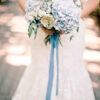 Голубой букет невесты из гортензий и белых роз