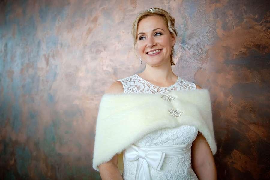 Причёску невесты украсила серебристая диадема а на плечах меховая накидка с серебристыми застёжками со стразами - фото 1779383 Фотограф Ерошин Тарас