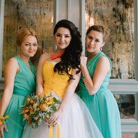 Невеста в желтом жилете-корсете и её подружки в нежно-зеленом