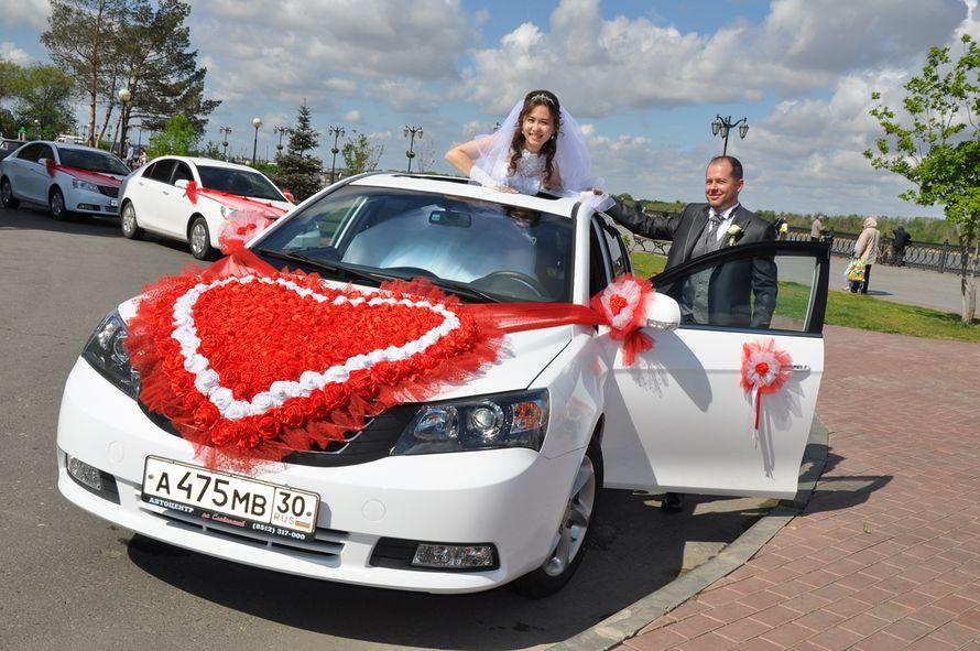 Кортеж из белых автомобилей, украшенных в красных тонах, на каждом капоте шлейф из красного фатина с мелкими розочками из ткани, - фото 2518631 Аренда автомобиля Emgrand luxe