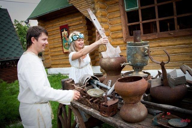 Этническая фотосессия молодоженов возле церкви, с телегой глиняных