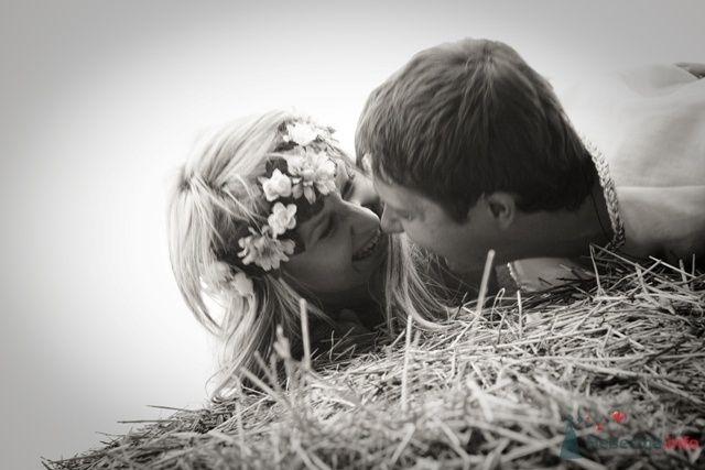 Жених и невеста лежат, прислонившись друг к другу, на стоге сена - фото 39596 TY