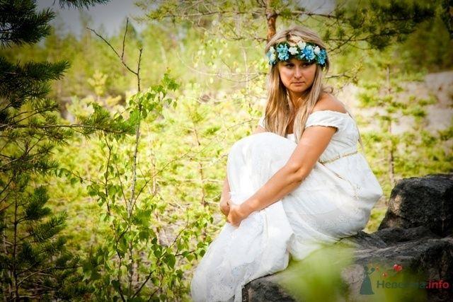 Невеста в белом длинном платье сидит на зеленой лужайке - фото 39606 TY