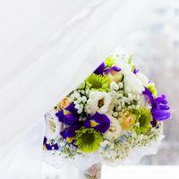 Букет невесты из белых эустом, ромашек, розово-желтых роз, зеленых хризантем и сиреневых ирисов