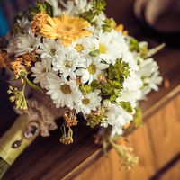 Букет невесты из желтых гербер и белых ромашек