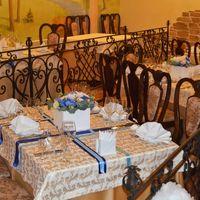 Каждый стол гостей был декорирован лентами и цветочными композициями в деревянных коробках!