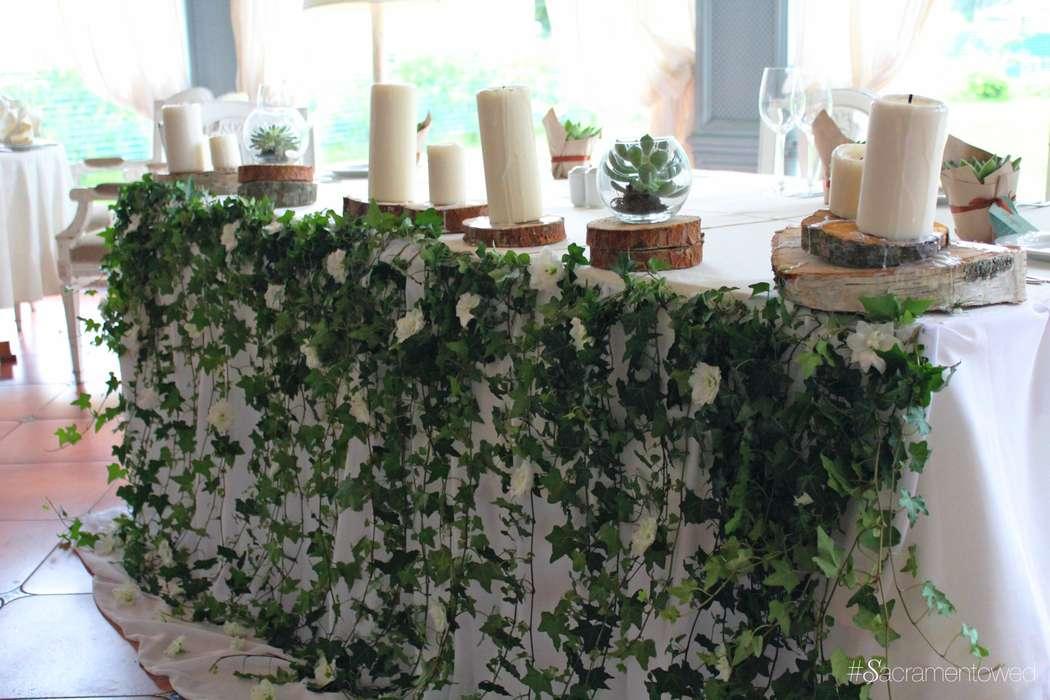 Президиум, украшенный ветвями плюща, спилами деревьев и расплавленными свечами - фото 3187673 Студия декора Sacramento wedding