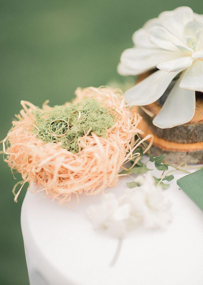 Небольшое гнездо для колец из соломы, выстланное мхом ягелем - фото 3648573 Студия декора Sacramento wedding