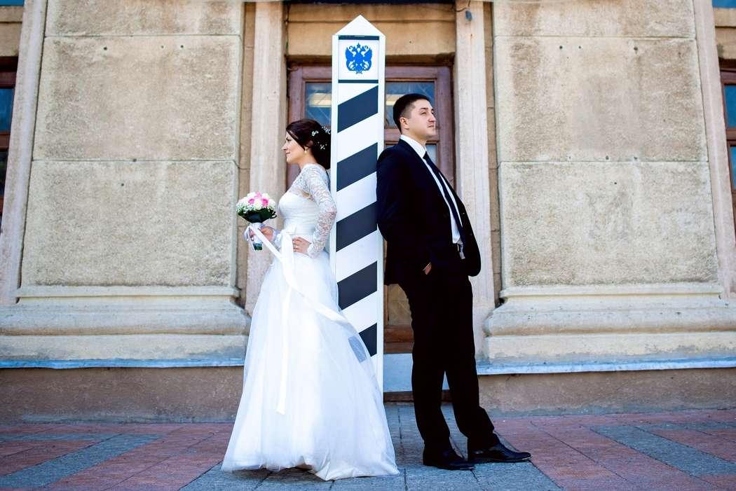 Жених и невеста, отвернувшись друг от друга стоят у здания - фото 3564875 Фотограф Юлия Старкова