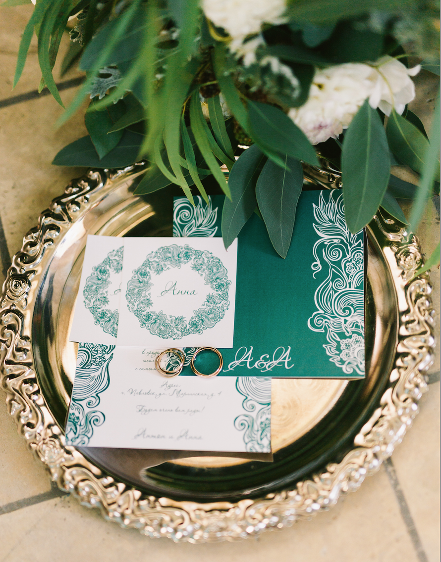 "Приглашения с кольцами на разносе с в изумрудном цвете. - фото 2907147 Свадебное агентство ""Wedkitchen"""
