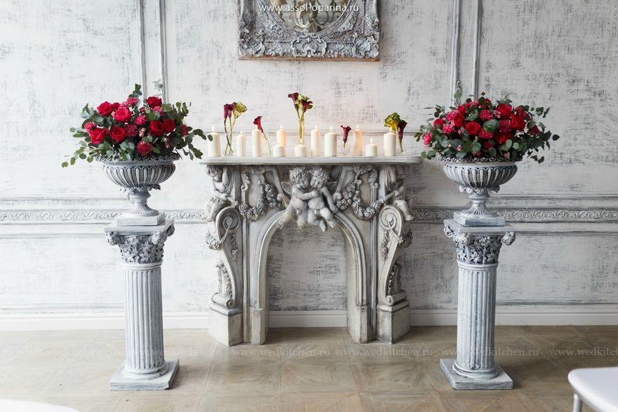 """Винтажный серый камин на фоне колонн с винтажными вазами с цветами - фото 3472909 Свадебное агентство """"Wedkitchen"""""""