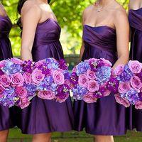 Подружки невесты с яркими букетами в сиреневых тонах из фиалок и гортензий