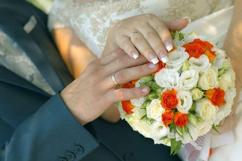 Букет невесты в круглом стиле из белых эустом, оранжевых и белых роз - фото 1961277 Фотограф Лариса Медведева