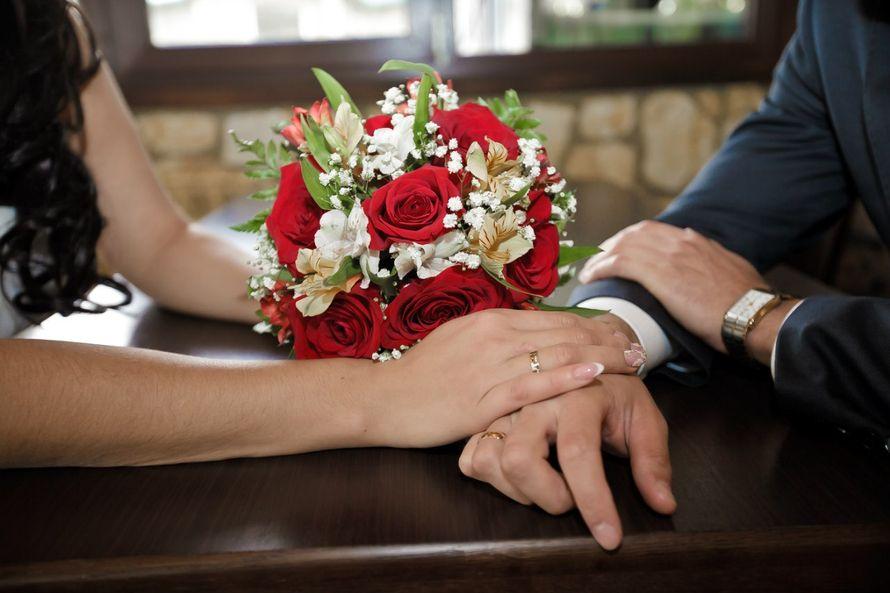Букет невесты из красных роз, белых альстромерий и гипсофилы  - фото 1961343 Фотограф Лариса Медведева