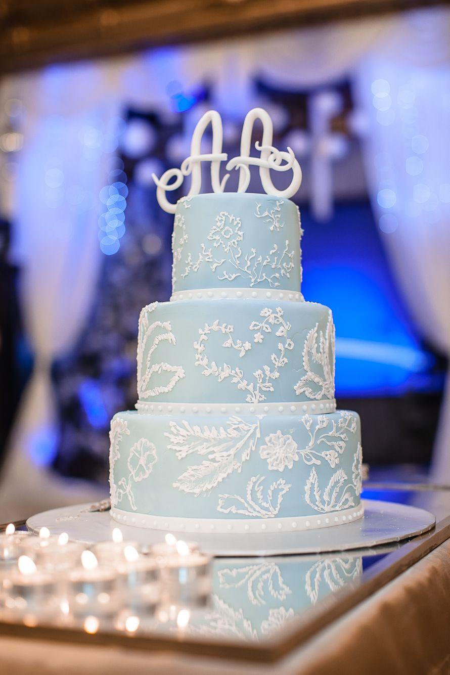 Трехъярусный свадебный торт, нежно голубого цвета, украшенный белым узором и инициалами - фото 1953003 Alexandra_d