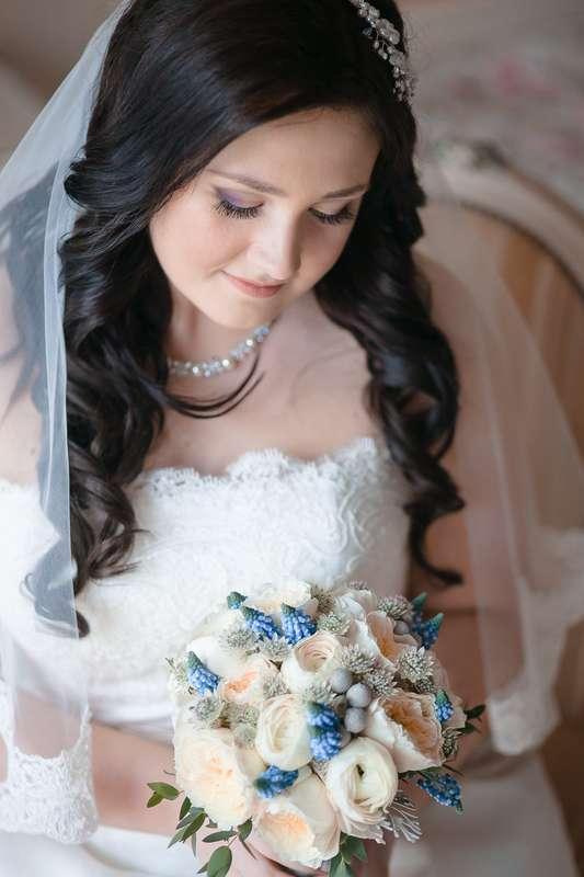Нежный свадебный образ невесты подчеркнут прической на длинные волосы, которые собранные в  локоны, украшенные фатой и заколкой - фото 1953047 Alexandra_d