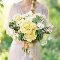 Летний желто-зеленый букет невесты из фиалок и пионов
