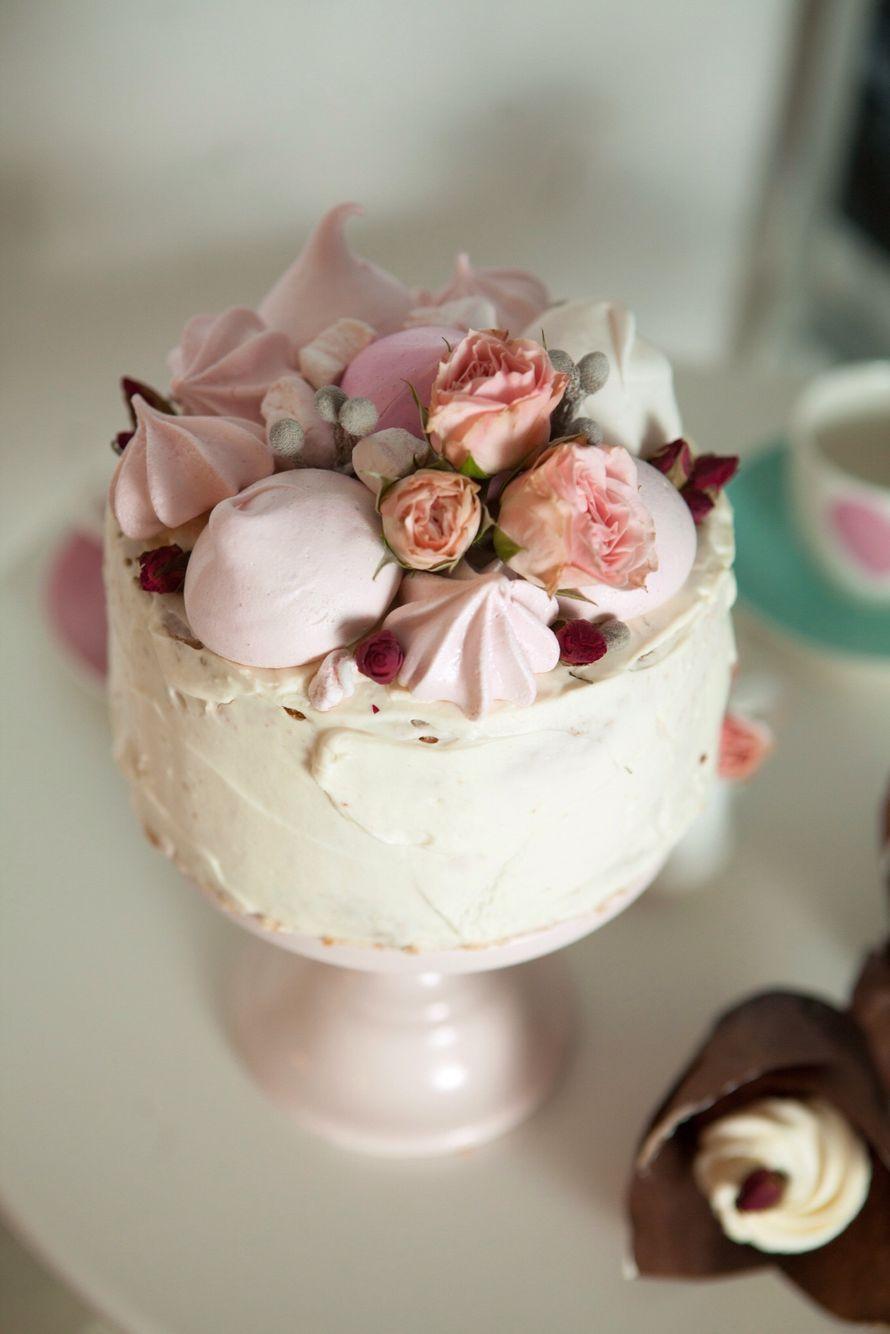 Легкий бисквитный торт с нежным сливочно-сырным кремом. Торт украшен цветами, меренгой, зефиром и маршмеллоу. - фото 3999359 Sweet - кафе-кондитерская