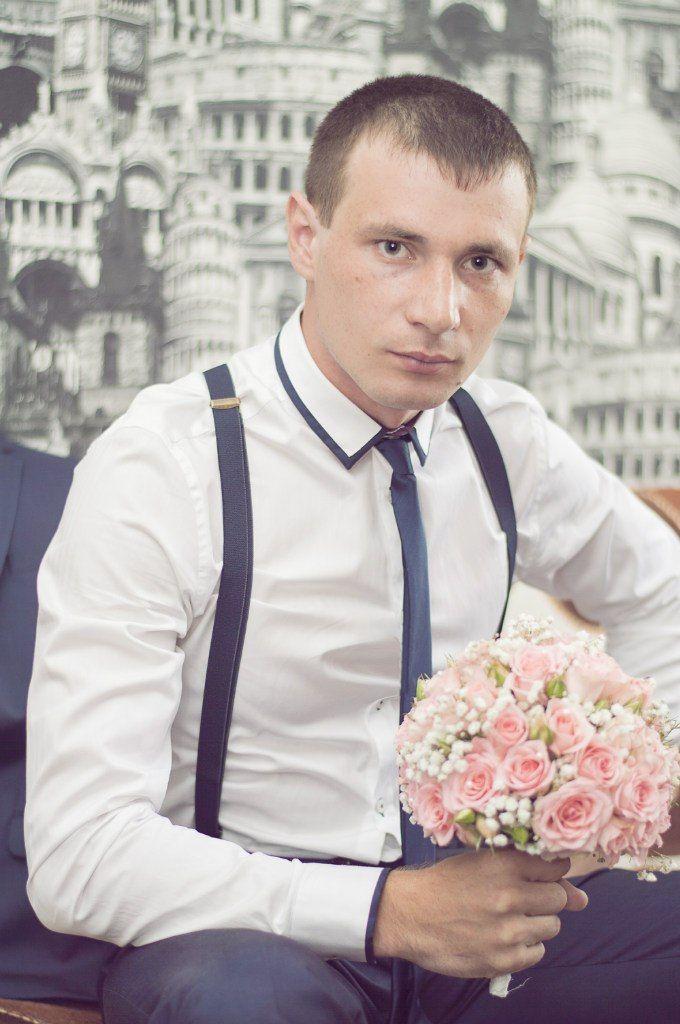 Жених в тёмно-синих брюках на подтяжках, белой рубашке с отделкой и чёрным галстуком - фото 1961973 Фотограф Антон Богданов