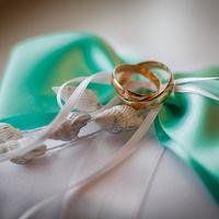 Подушечка для колец с зелёным бантом и ракушками
