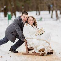 Зимняя свадьба, жених катает невесту на деревянных санках
